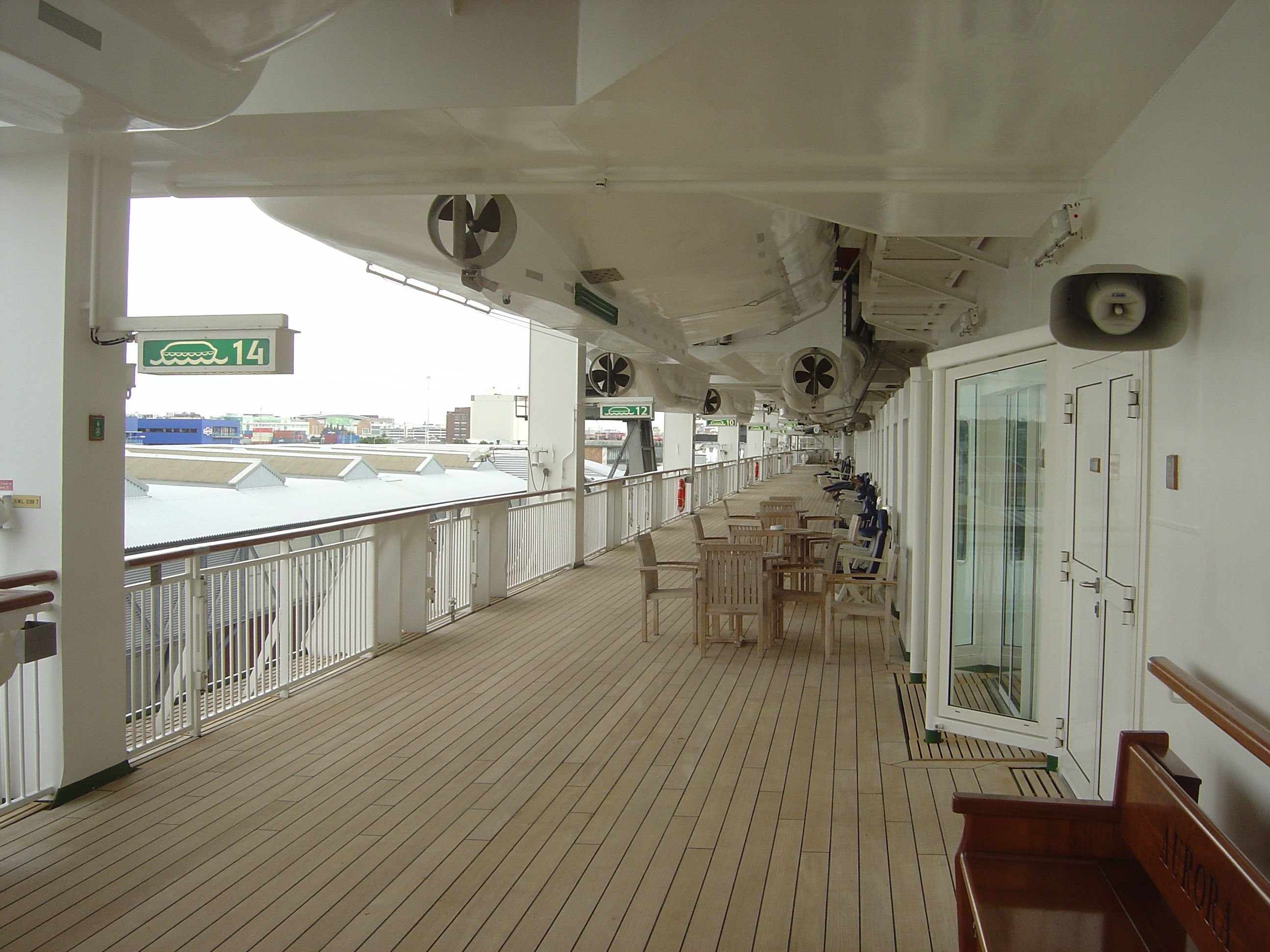 File p o cruises mv aurora promenade deck jpg for Aurora p o interior