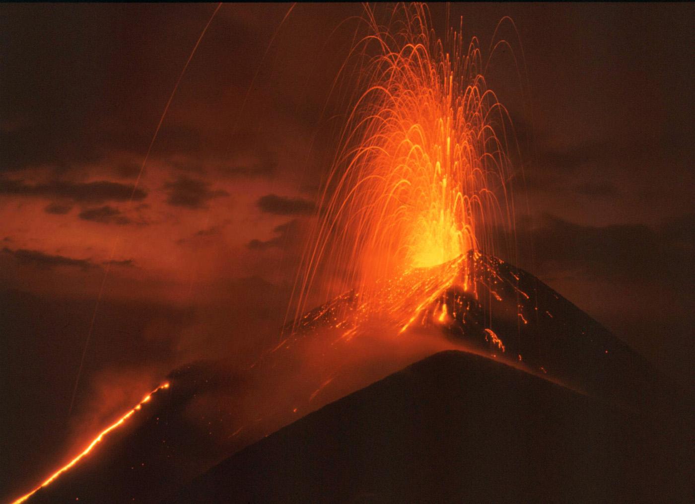 Resultado de imaxes para erupciones volcanicas estrombolianas