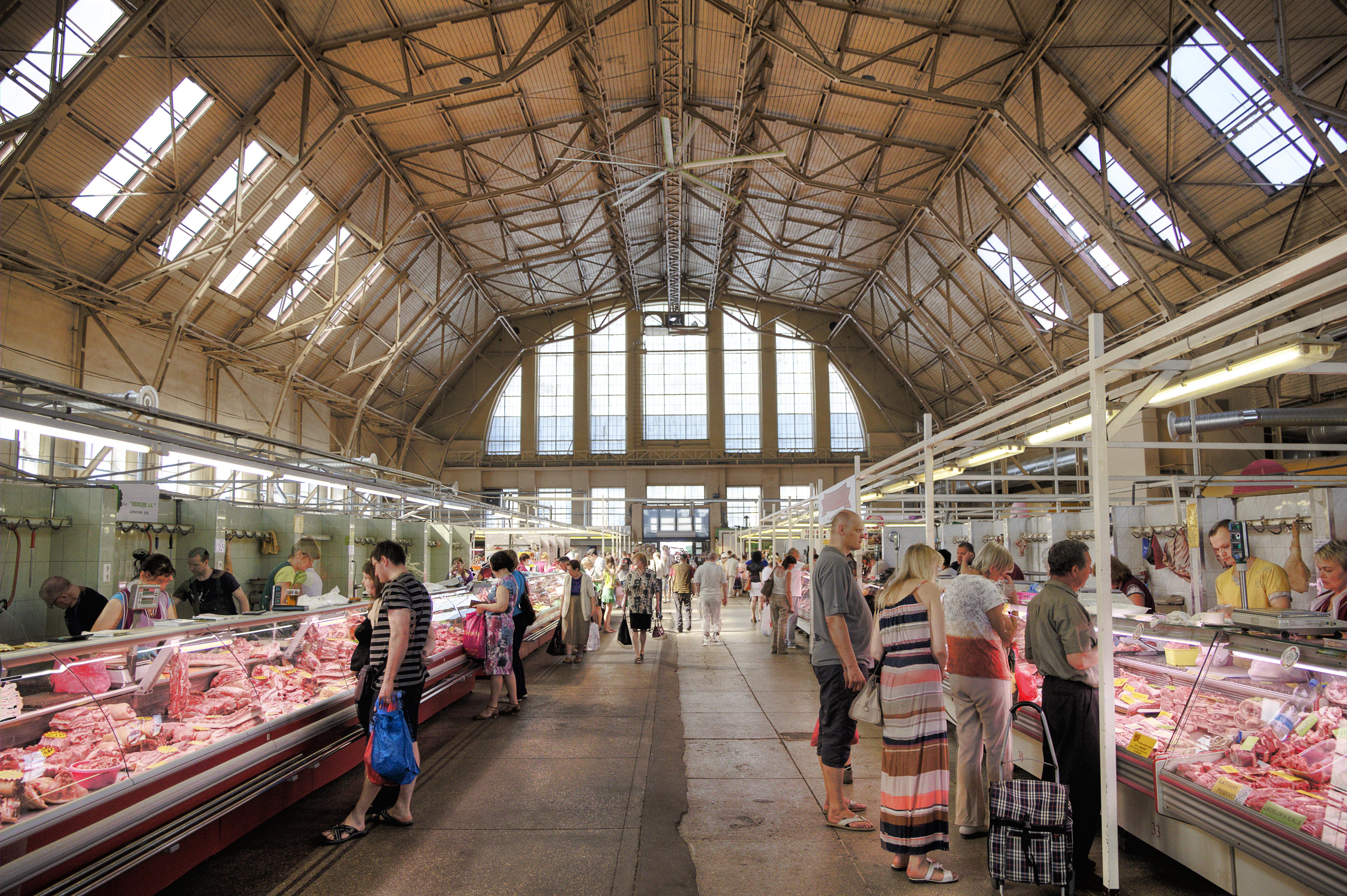 Внутренний вид одного из павильонов рынка в Риге. Крышу держат конструкции ангара для цеппелинов.