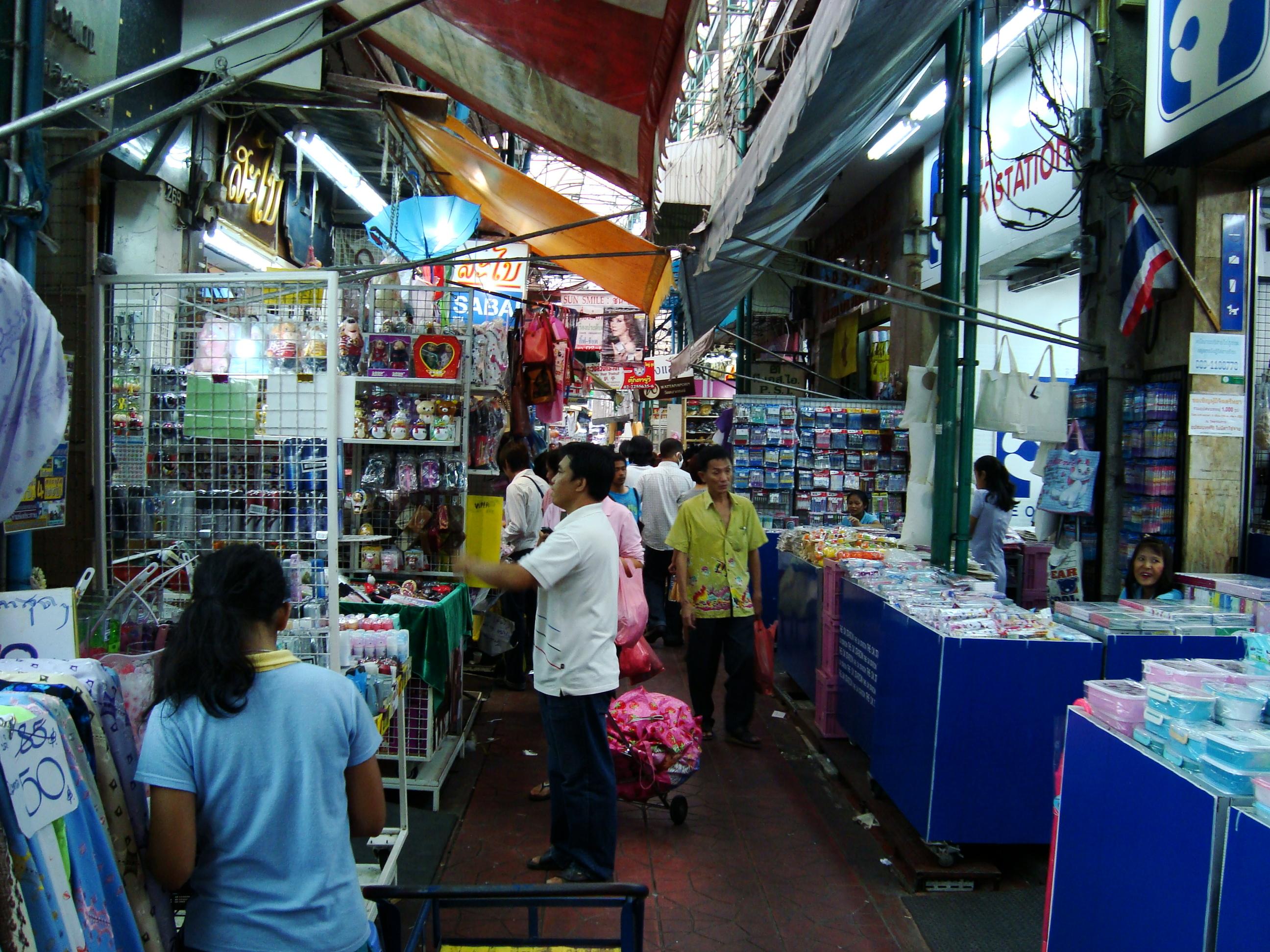 File:Sampeng Lane in Samphanthawong District, Bangkok ...