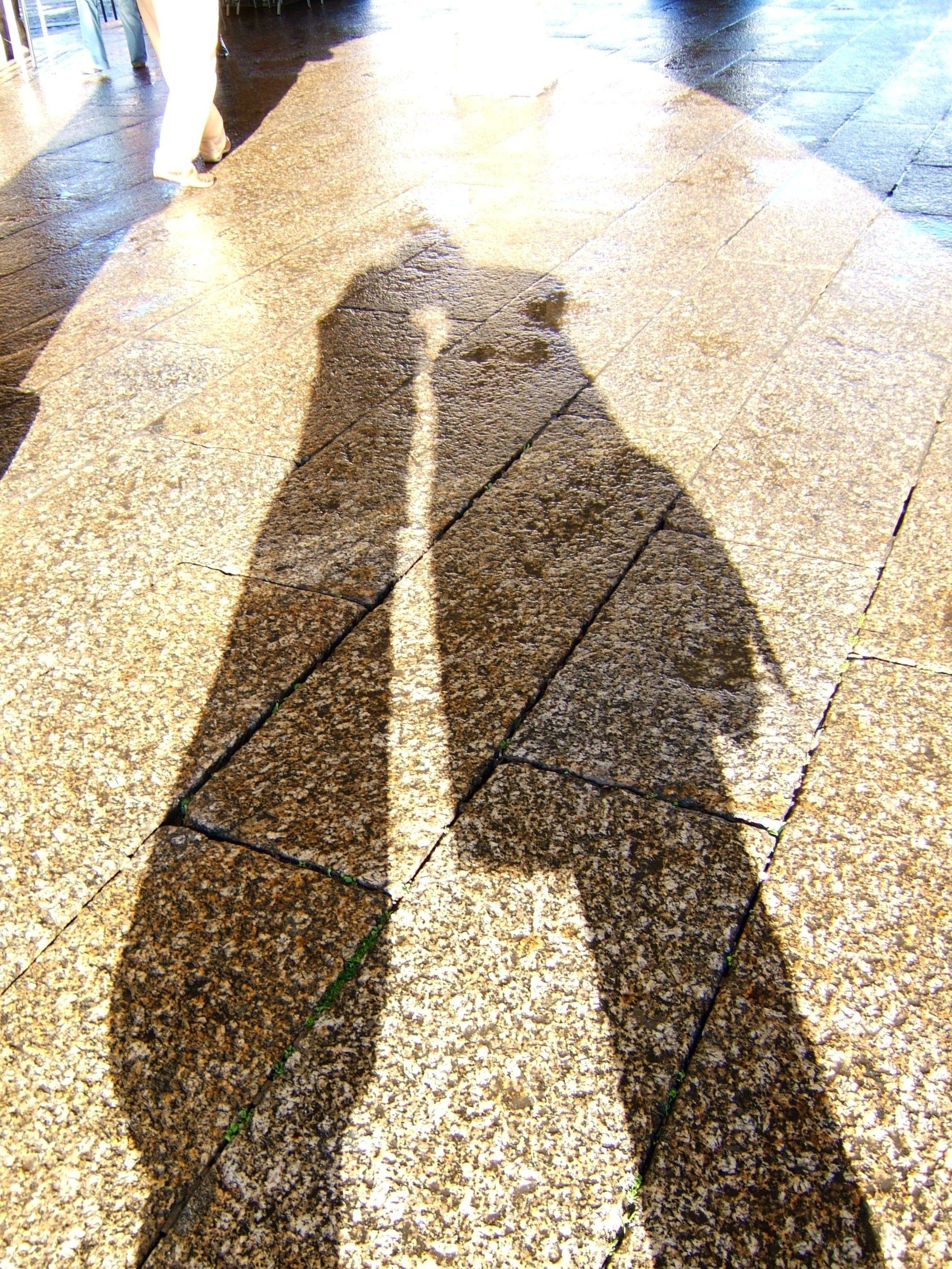 Resultado de imagem para duas pessoas de frente na sombra