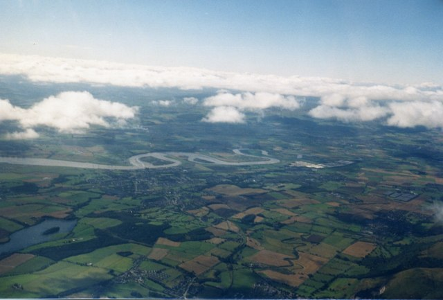 The Forth Valley near Alloa, near to South Alloa, Falkirk, Great Britain. Meanders of the River Forth at Alloa, photographed from a glider. The body of water at the left is Gartmorn Dam. The obvious island, just to the left of the centre in the Forth, is Inch, the promontory to the right is Rhind, and used to carry a railway across the river to the south. The small island to the right [west] of Rhind is Tullibody Inch.