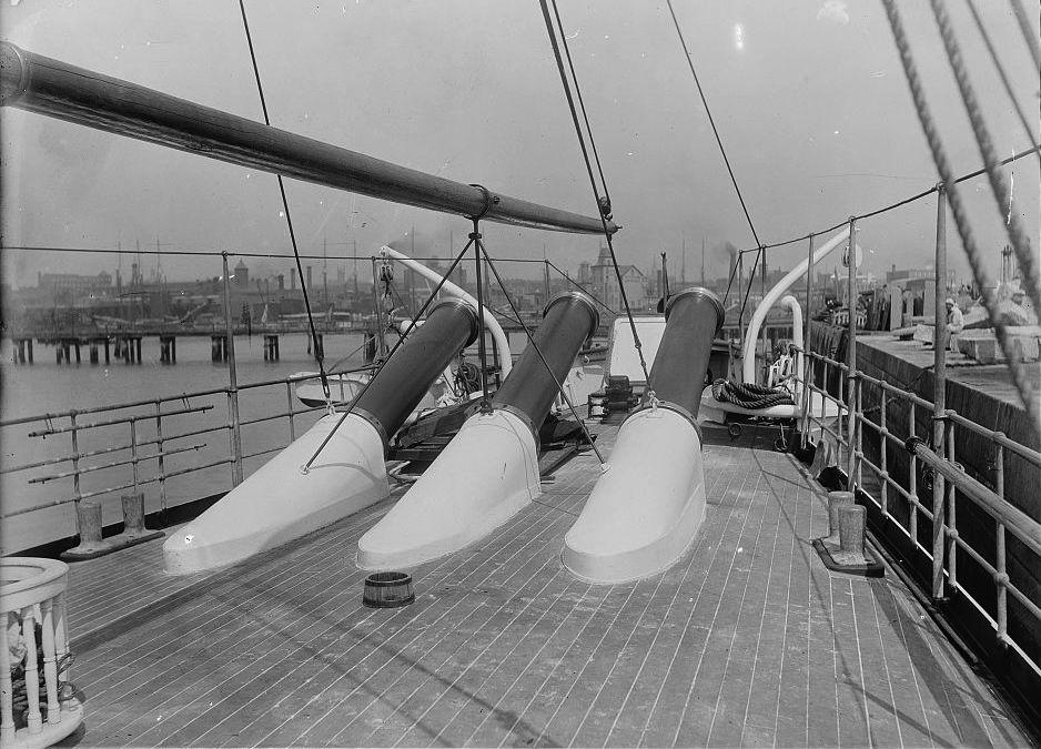 USS_Vesuvius_dynamite_gun_muzzles_LOC_4a13991v.jpg