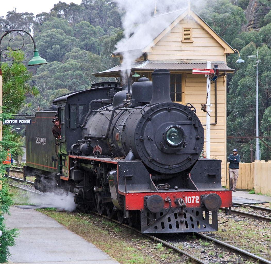 File:1072 passing Bottom Points Signal Box on the Lithgow Zig Zag railway  line.