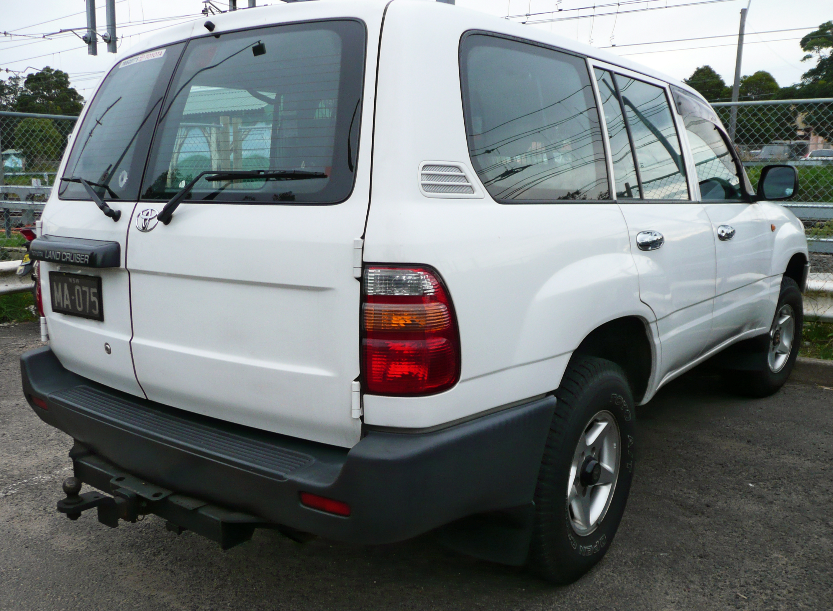 Toyota Land Cruiser Wiki >> File:1998-2002 Toyota Land Cruiser (HZJ105R) Standard 01.jpg - Wikimedia Commons