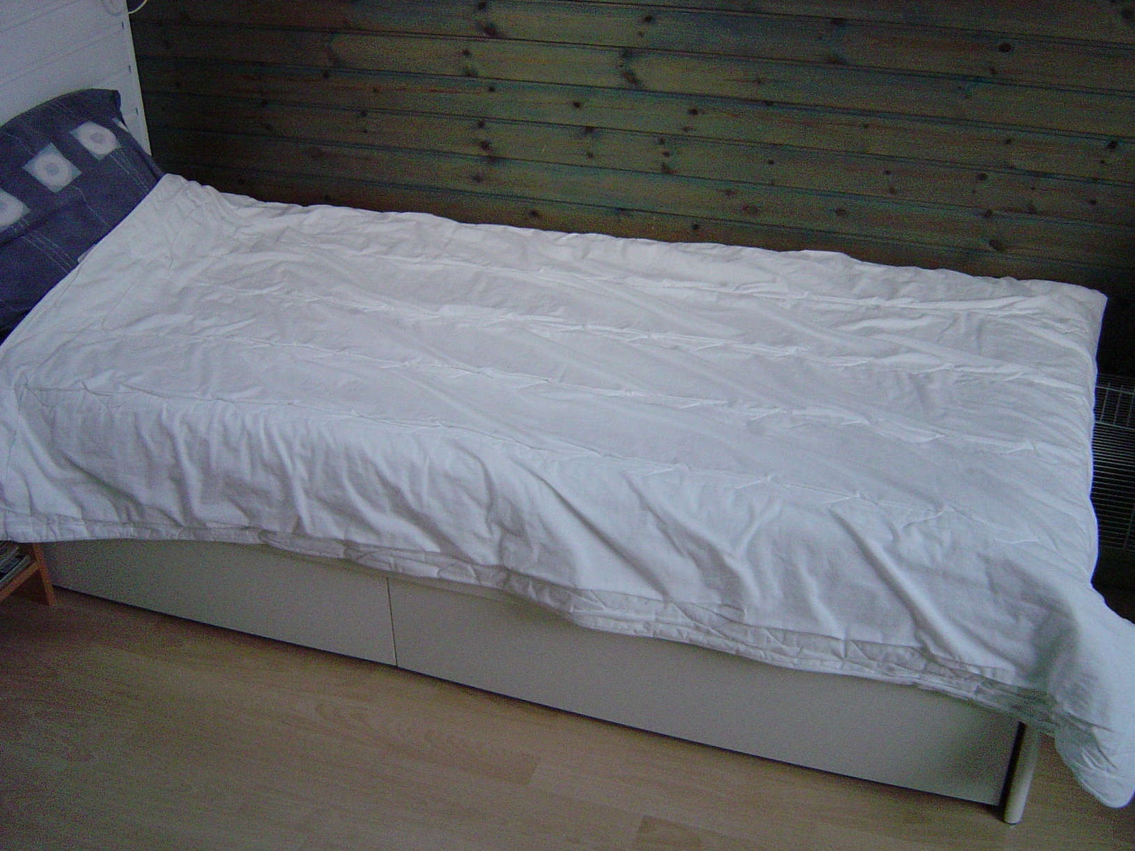File bed with duvet jpg wikimedia commons for Housse de couette wikipedia