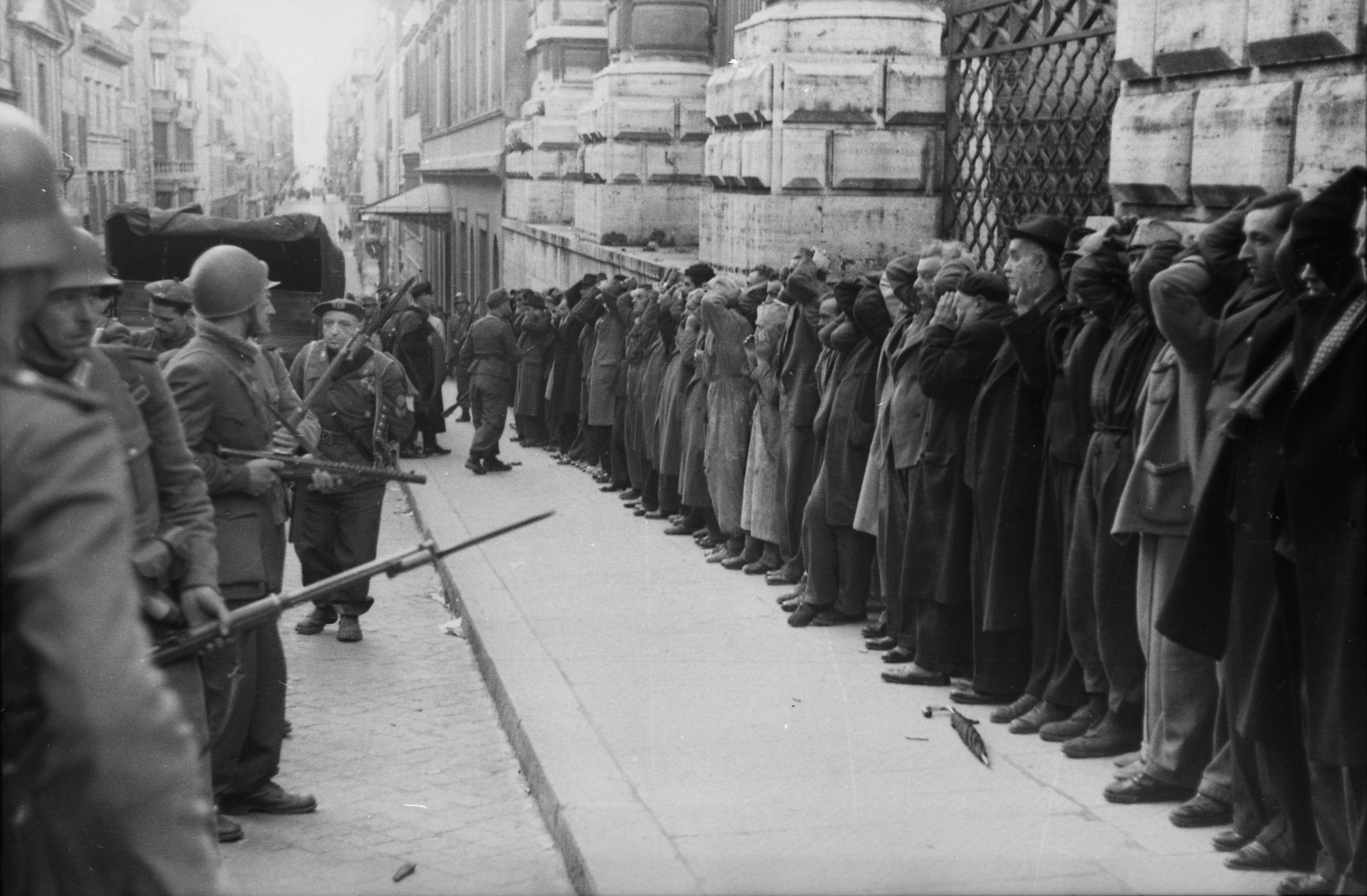 Festnahme von Zivilisten durch deutsche Soldaten in Rom 1944