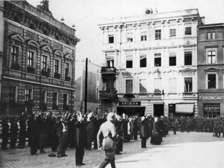 https://upload.wikimedia.org/wikipedia/commons/8/81/Bydgoszcz_Polish_hostages_at_Old_Market.jpg