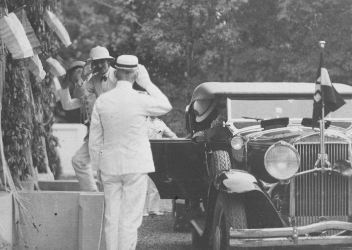 File:COLLECTIE TROPENMUSEUM Aankomst van Gouverneur-Generaal B.C. de Jonge tijdens zijn bezoek aan een proefstation voor tabak in Djember TMnr 60037467.jpg