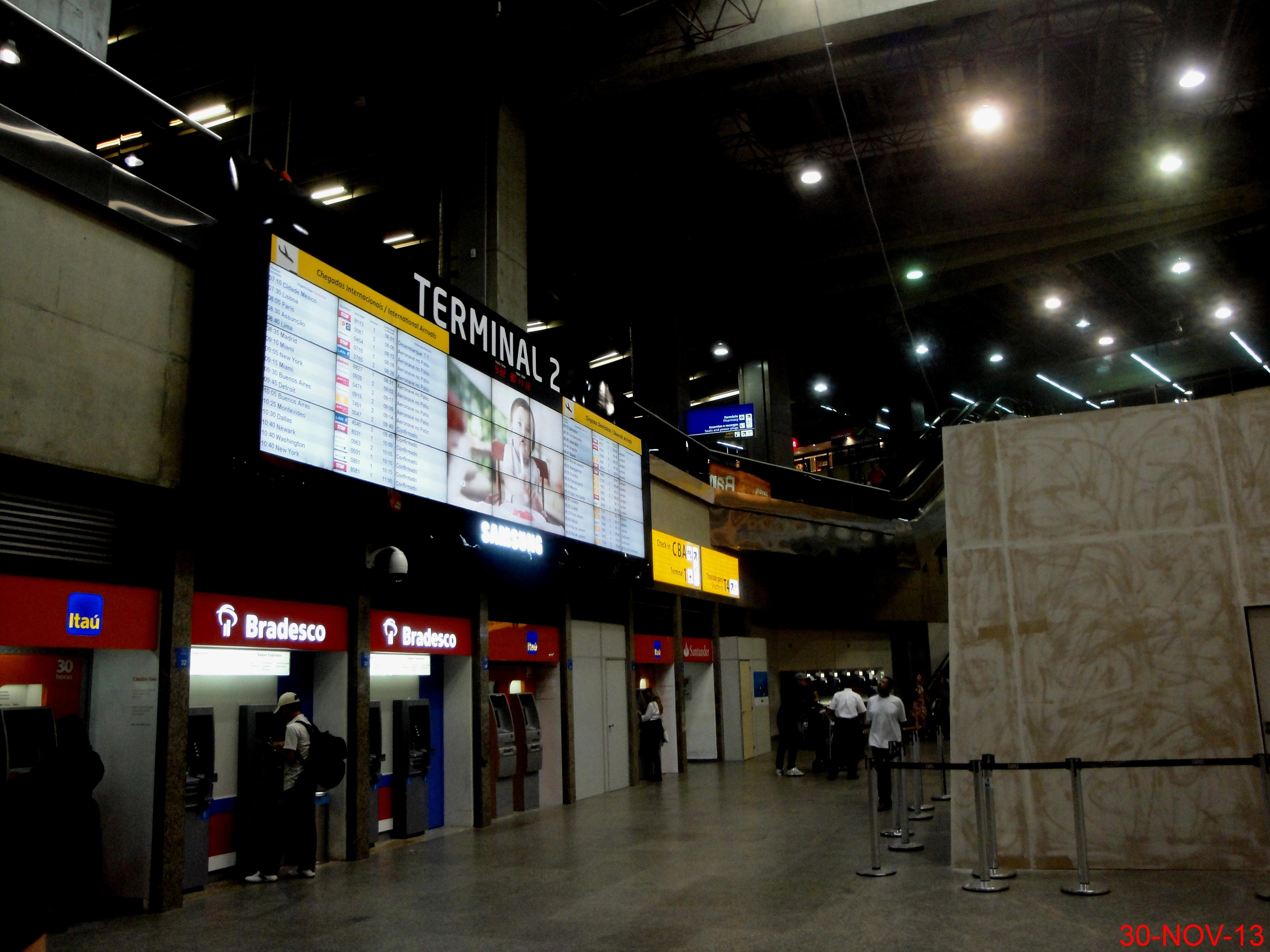 Aeroporto Gru : File caixas eletrônicos no terminal do aeroporto internacional