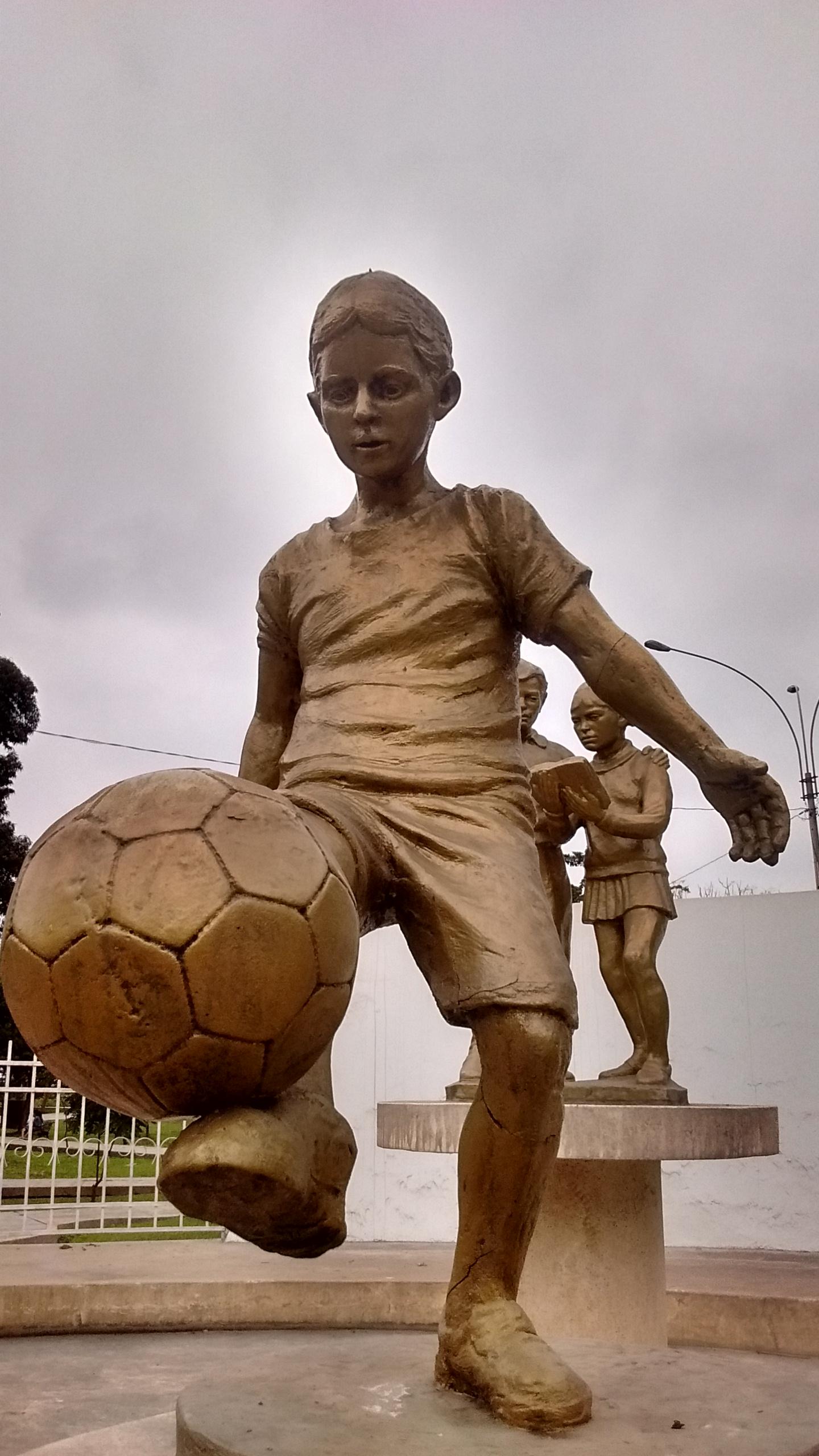 File Estatua De Un Nino Jugando Futbol Jpg Wikimedia Commons