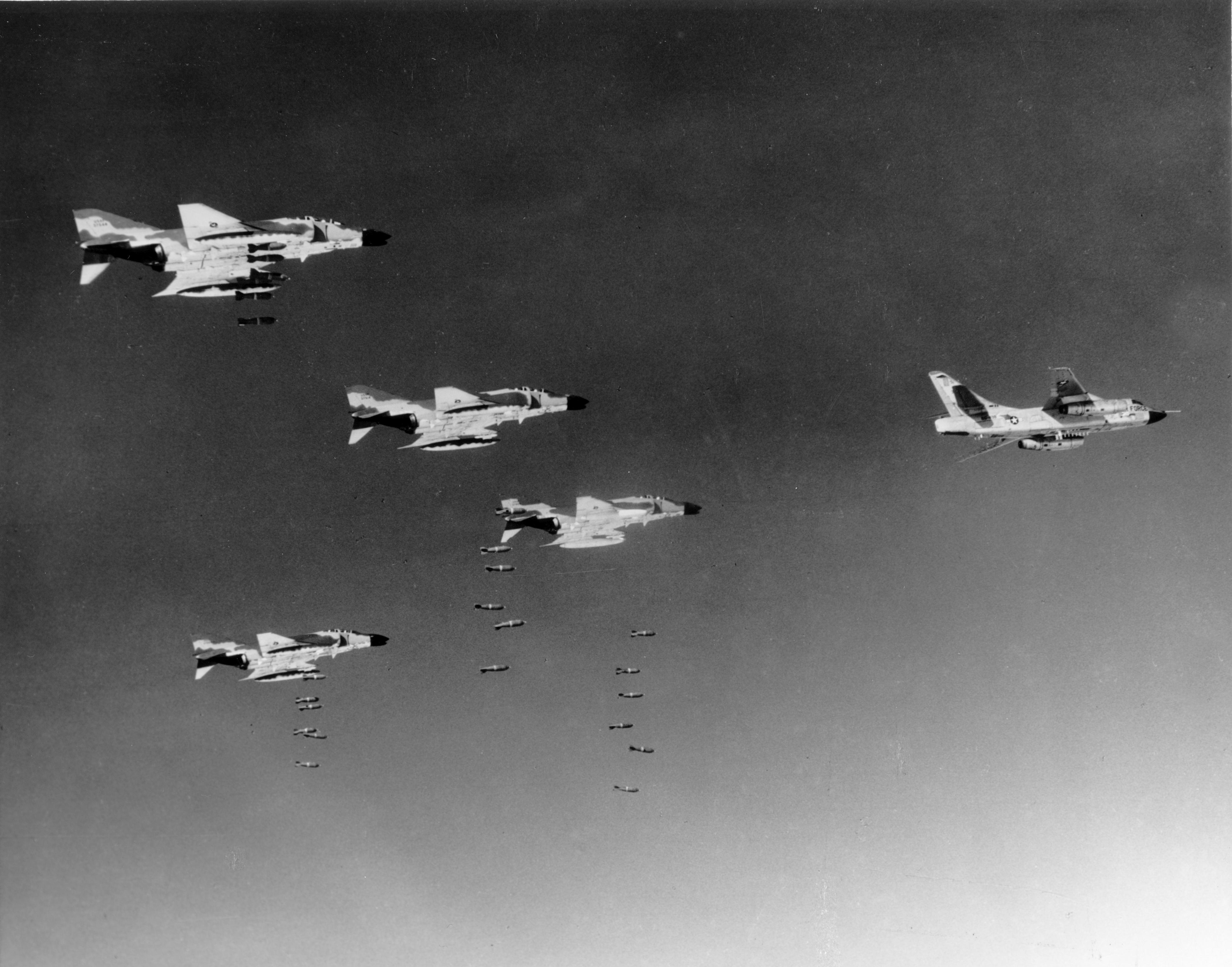guerre du vietnam - Page 2 F-4Cs_RB-66C_bombing_Vietnam_1966
