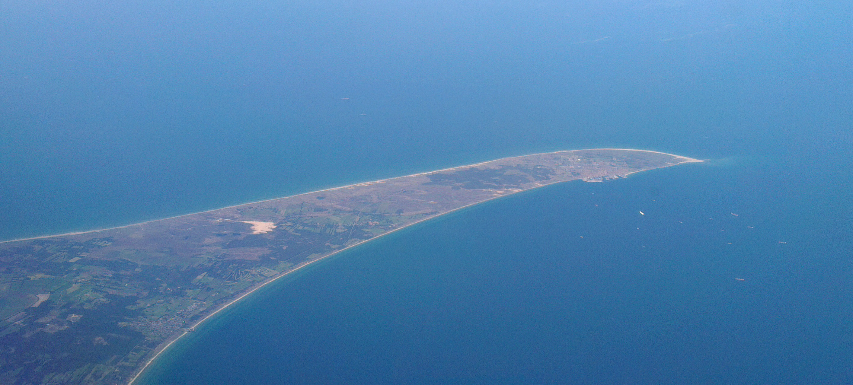 https://upload.wikimedia.org/wikipedia/commons/8/81/Grenen_from_the_air.jpg