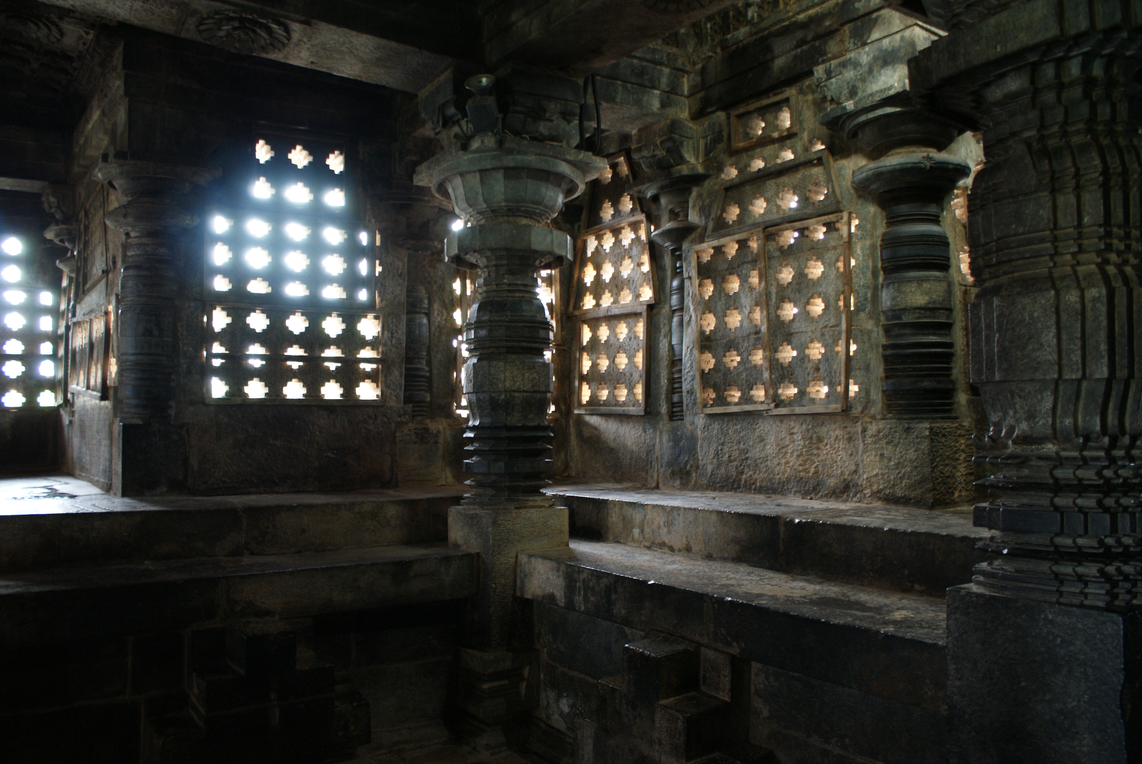 file halebid hoysaleshwara temple interior jpg wikimedia
