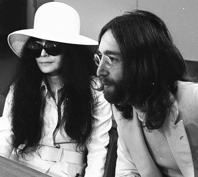 John Lennon en echtgenote Yoko Ono vertrekken van Schiphol naar Wenen in de vert, Bestanddeelnr 922-2496 (cropped)