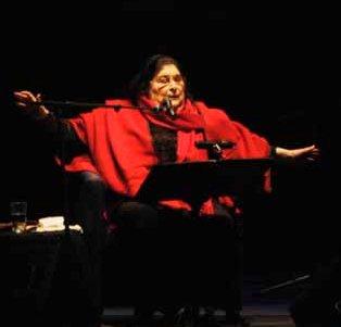 Mercedes Sosa en 2008, en Heredia (Costa Rica), en uno de sus últimos recitales, con su tradicional poncho rojo, característico del noroeste argentino.