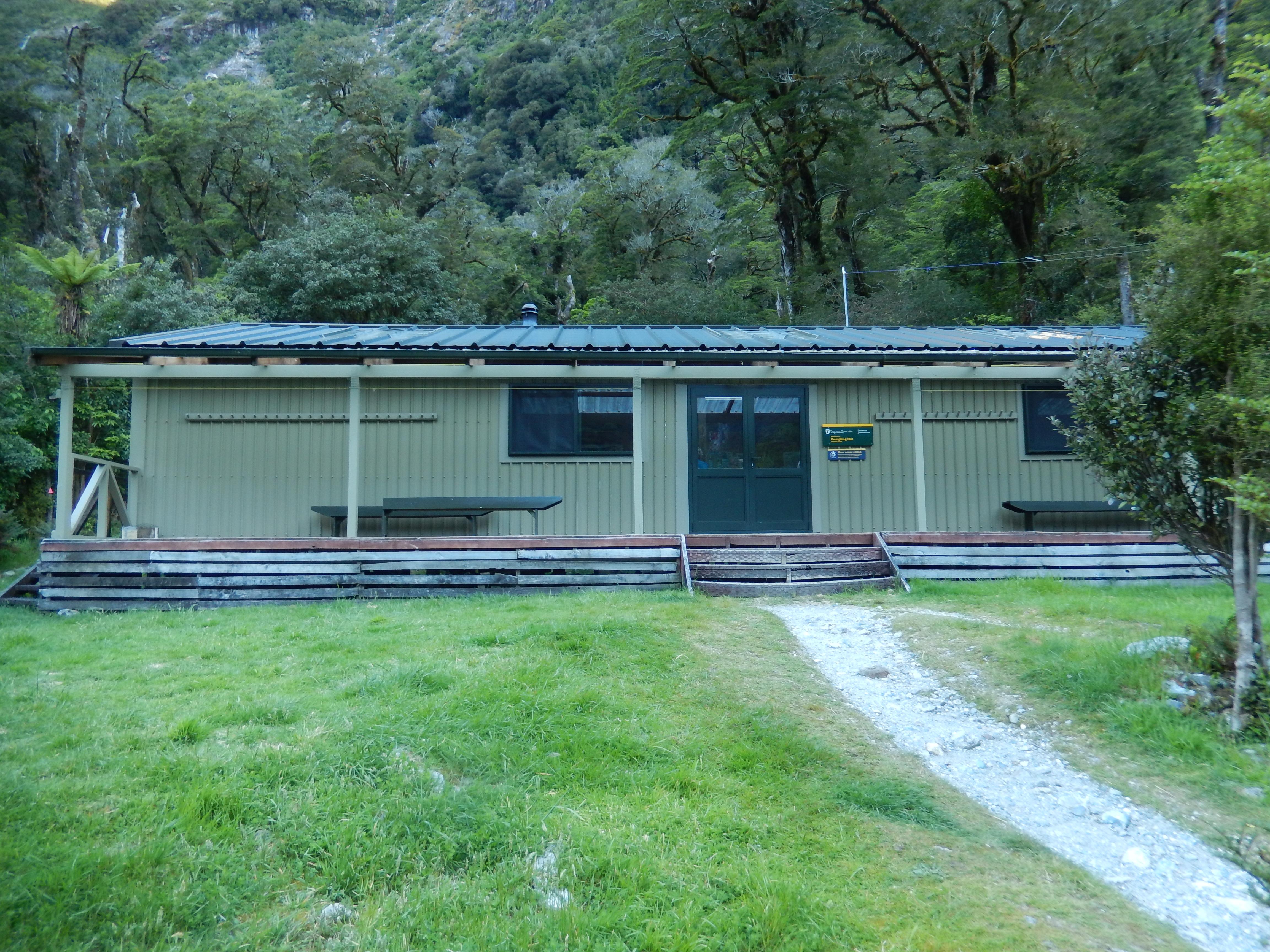 File:Milford Track Dumpling Hut Kitchen.jpg - Wikimedia Commons