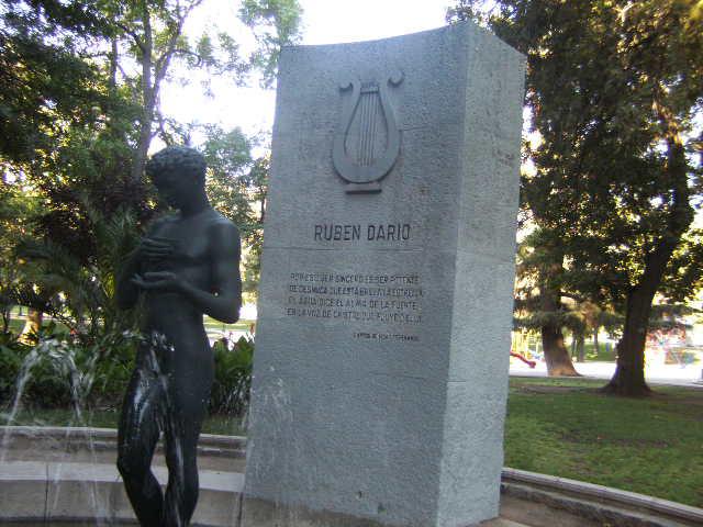 Monumento a Rubén Darío en el Parque Forestal, Santiago de Chile.