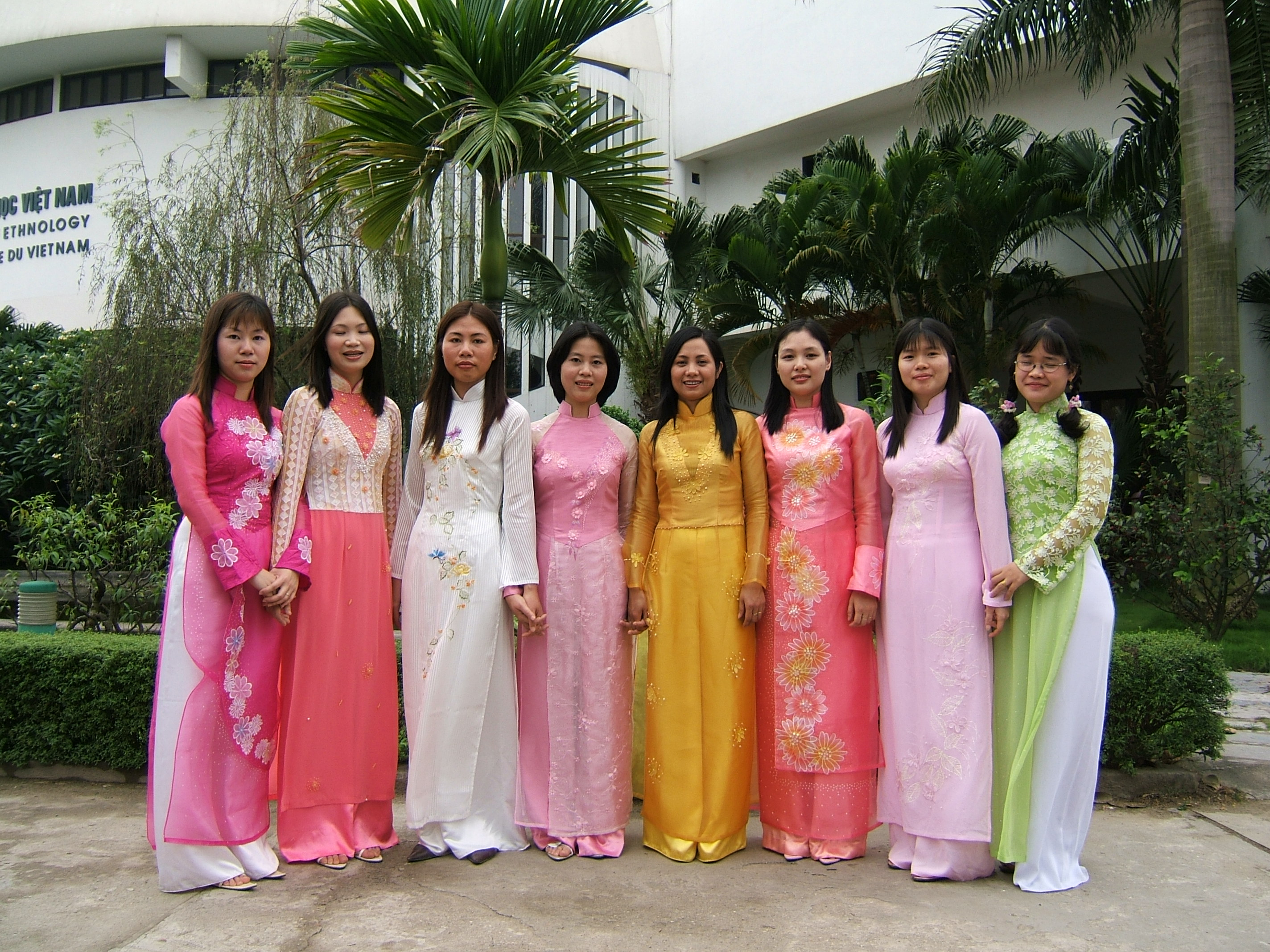 Description Mot so kieu ao dai le hoi.JPG