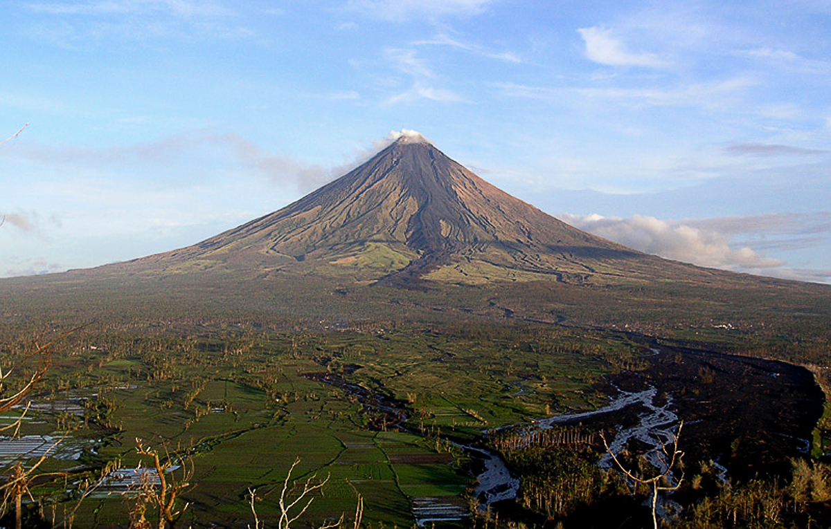 http://upload.wikimedia.org/wikipedia/commons/8/81/Mt.Mayon_tam3rd.jpg