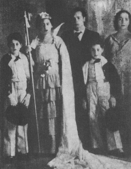 Nicanor Parra en 1937 en las fiestas primaverales de Chillán, como poeta laureado por su primer libro, Cancionero sin nombre. Fotografía incluida en la primera edición de Obra gruesa (1969).