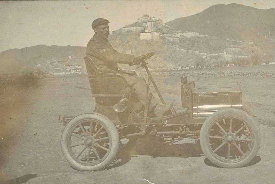Peugeot_in_front_of_the_Gyantse_fortress_in_F._O%27Connor%27s%2C_1907.jpg