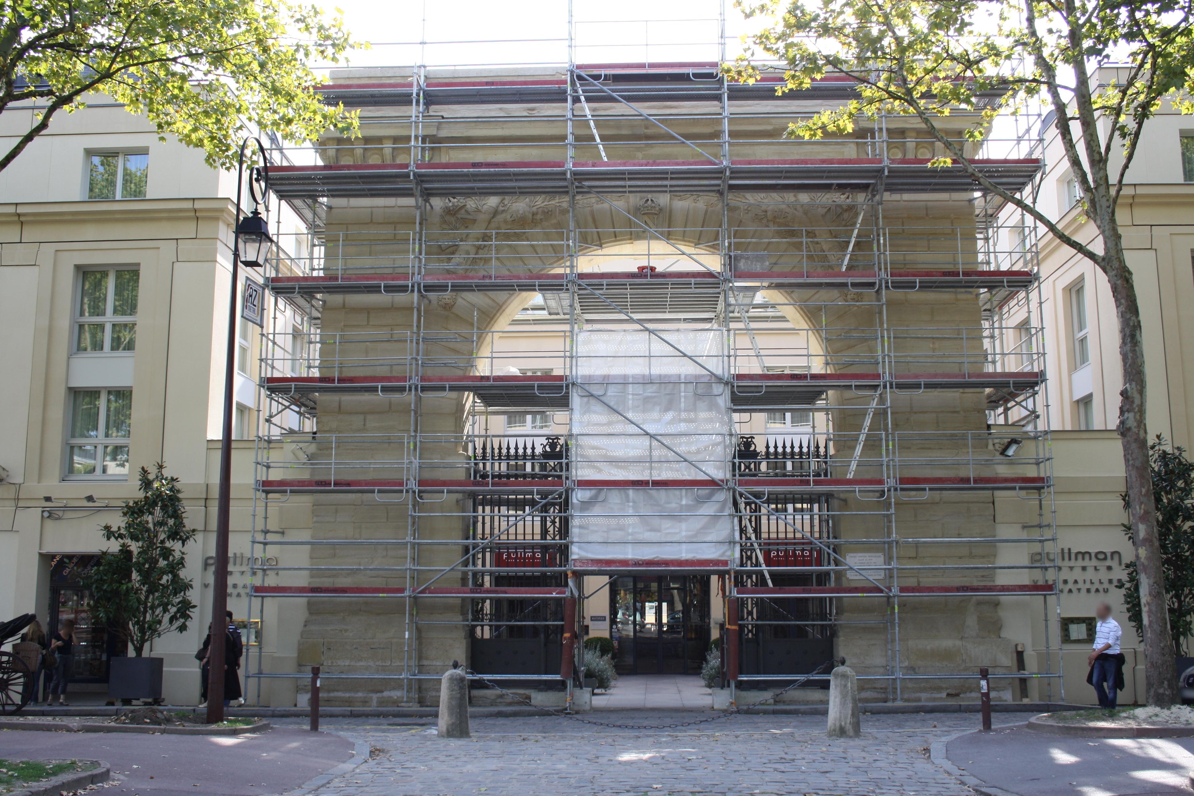 Portail du Bâtiments du Manège à Versailles en rénovation le 24 septembre 2011 - 2.jpg Français : Portail du bâtiments du Manège à Versailles