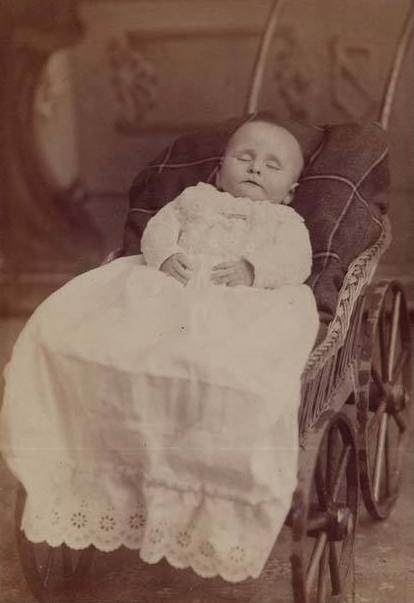 Post mortem image baby cabinet card c.1885 courtesy Fawn Weir