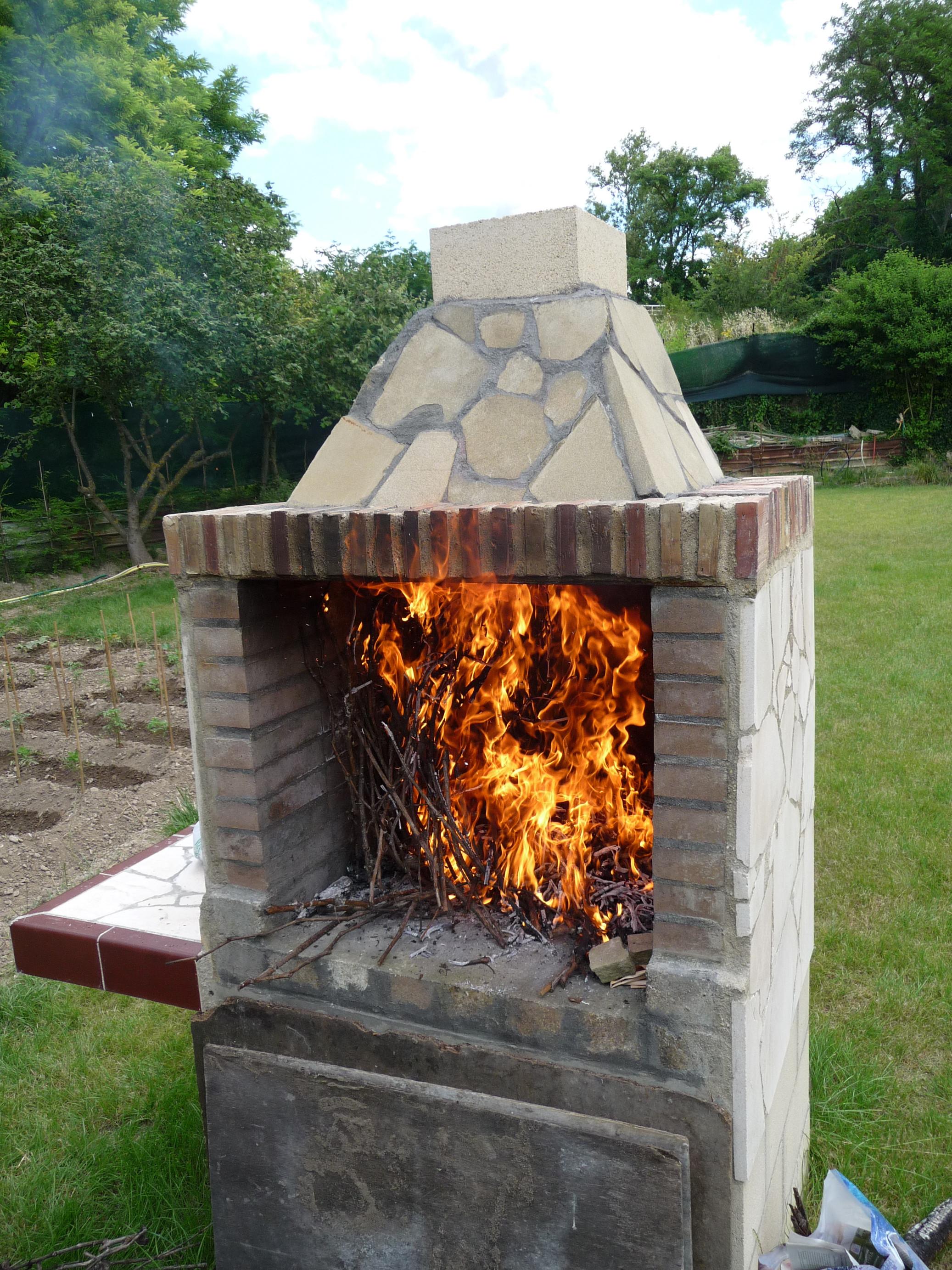 File quemando sarmientos en chimenea para - Chimeneas de pared ...