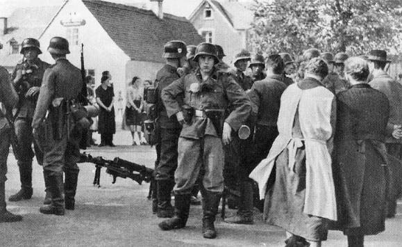 Jednotky SS v Hazlově u Aše. Foto: Wikimedia.