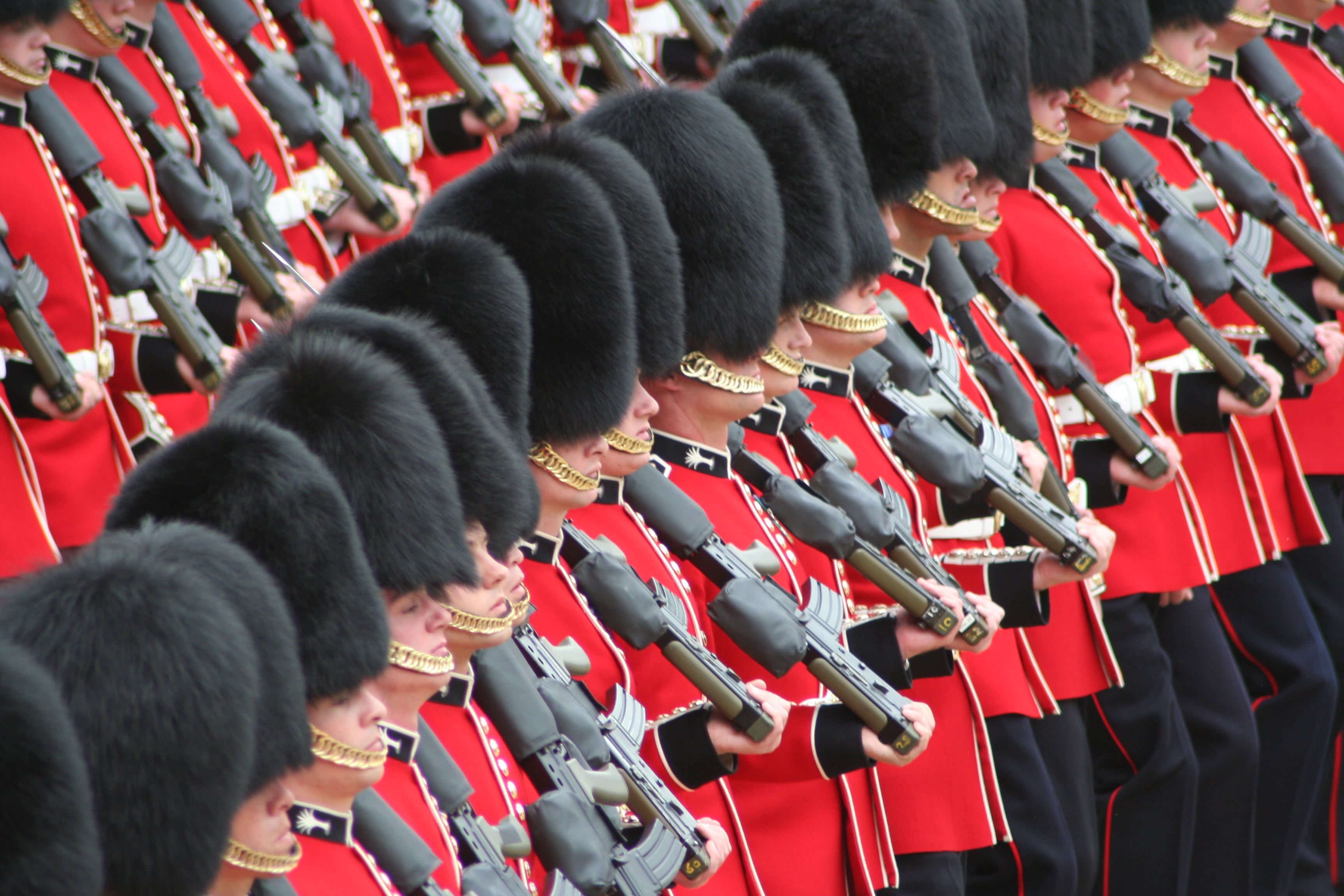 File:Soldiers Trooping the Colour, 16th June 2007.jpg - Wikipedia, the ...