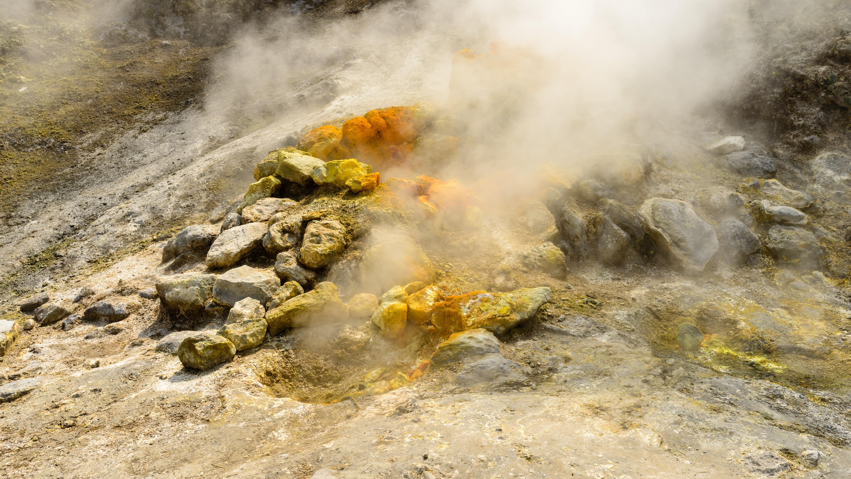 ASap mengepul dari gunung Solfatara