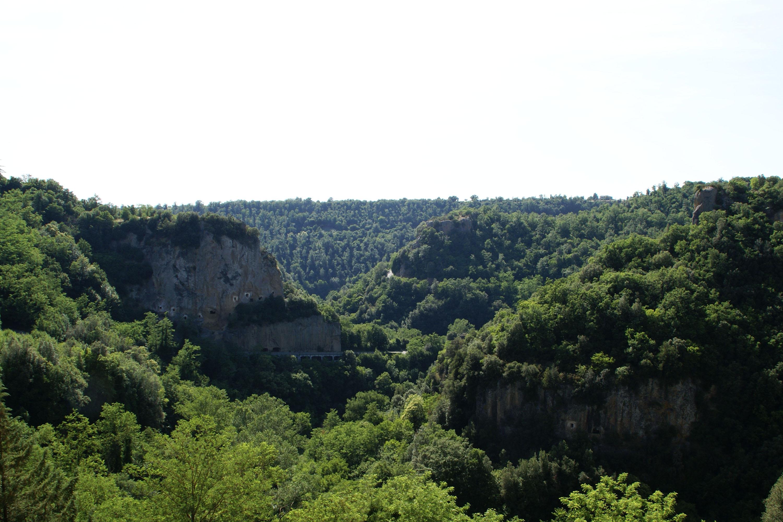 Sorano hills to southwest - panoramio.jpg