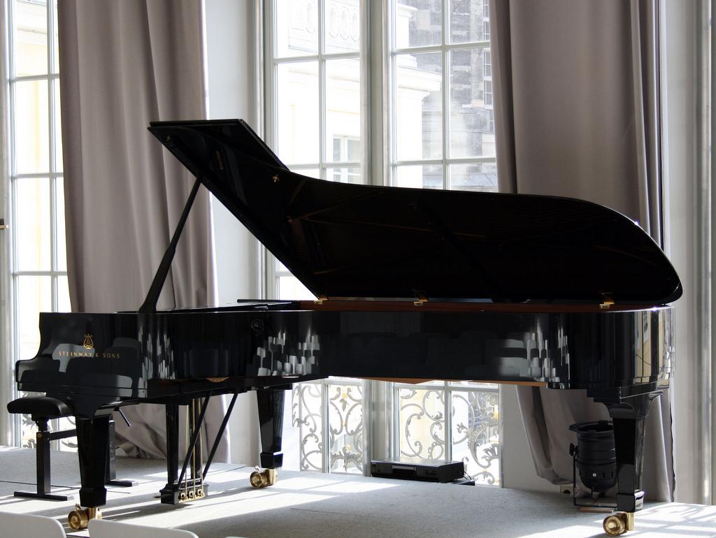Yamaha Concert Pianist Artists