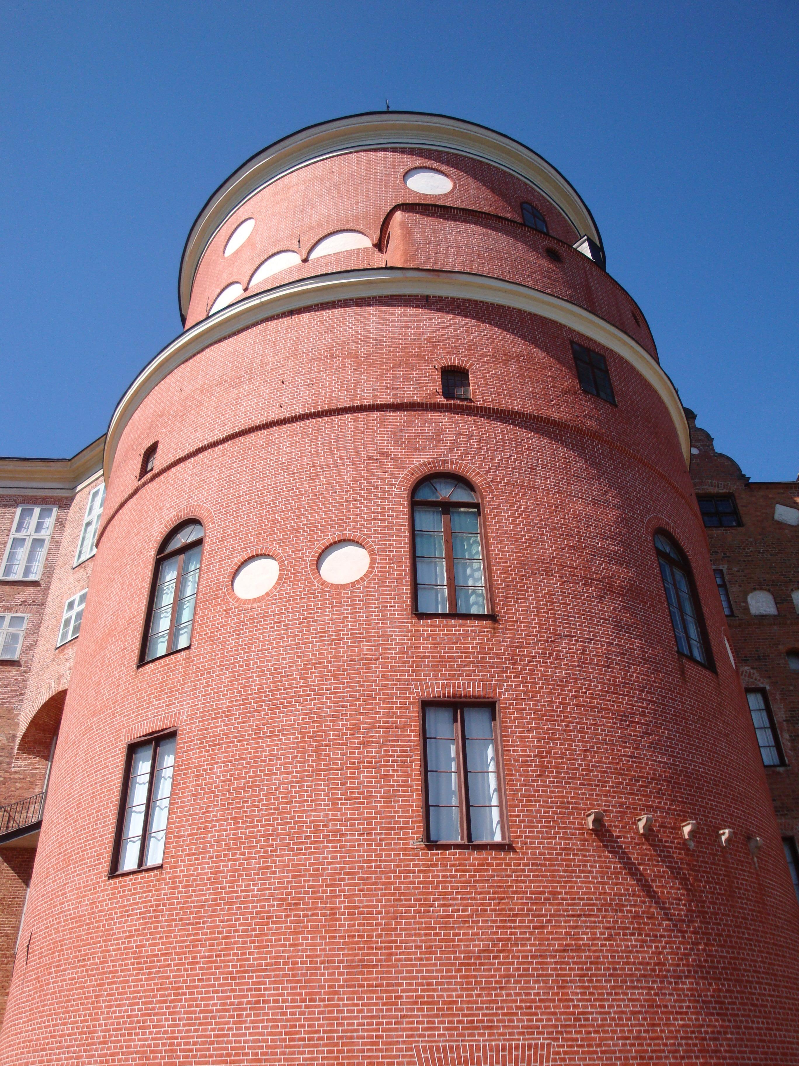 Turm mit handgemalter Ziegelstruktur
