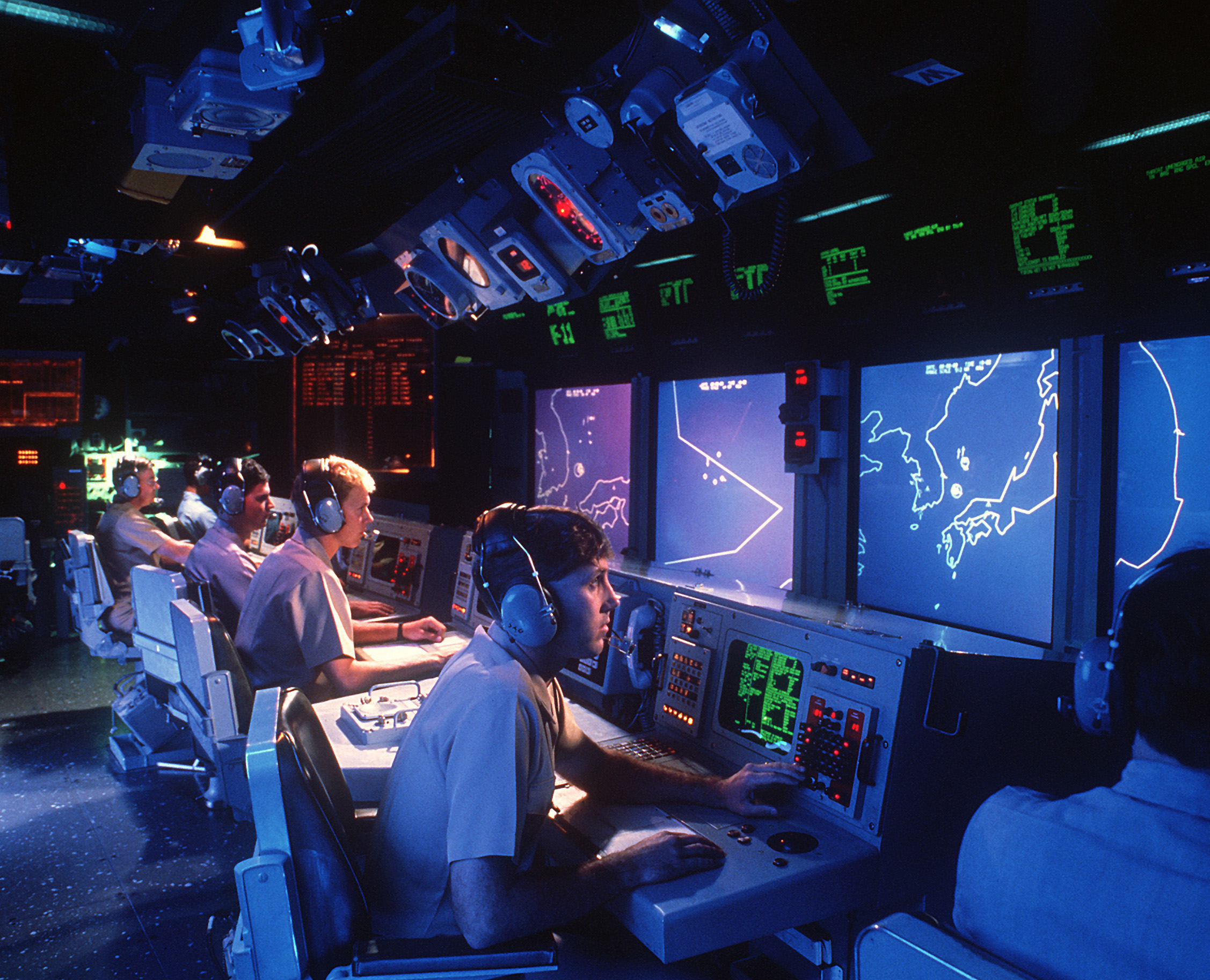 أسلحة صنعت الحدث - صفحة 12 USS_Vincennes_(CG-49)_Aegis_large_screen_displays