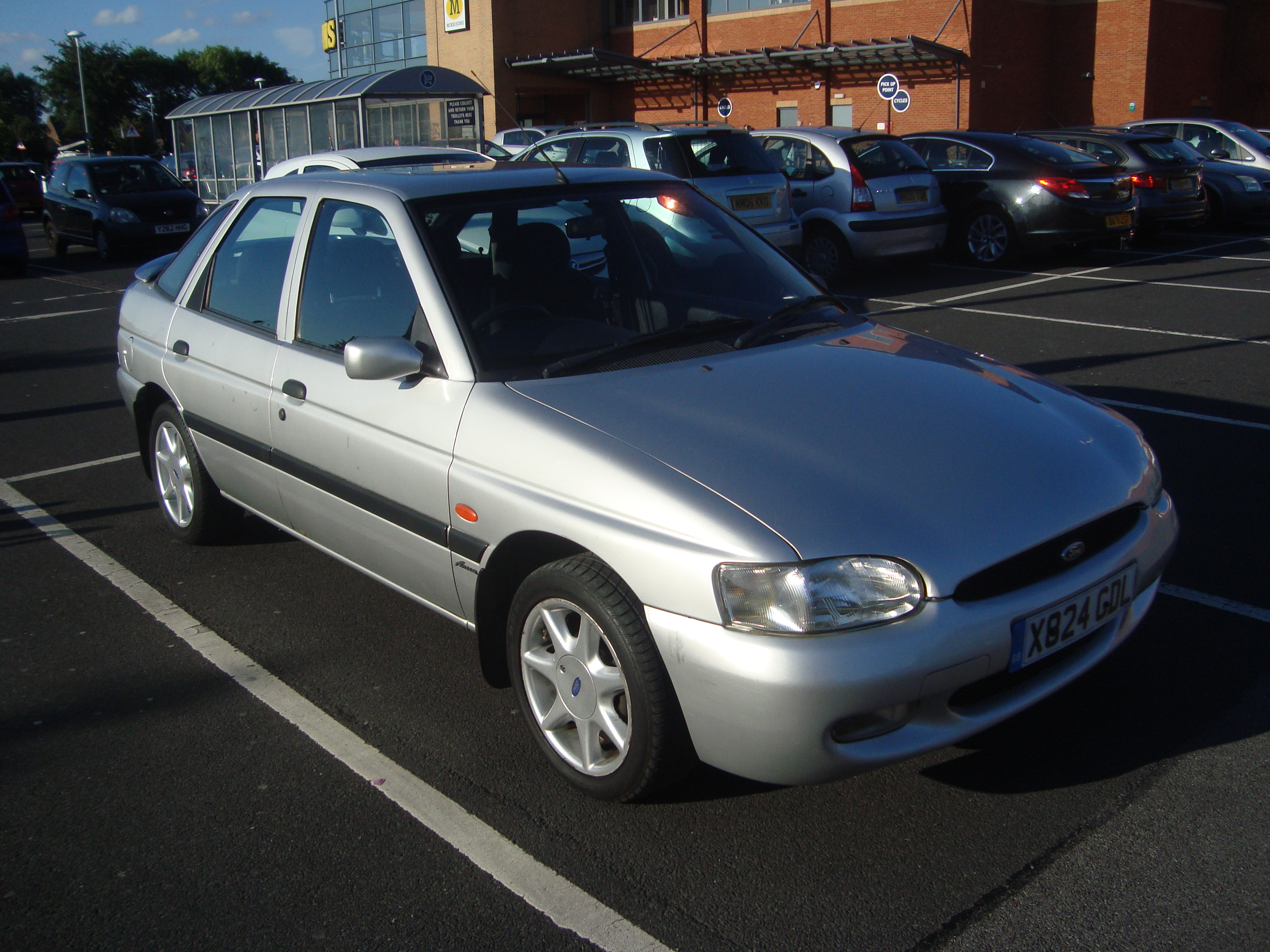 File2000 ford escort 1 6 finesse 14394268240 jpg