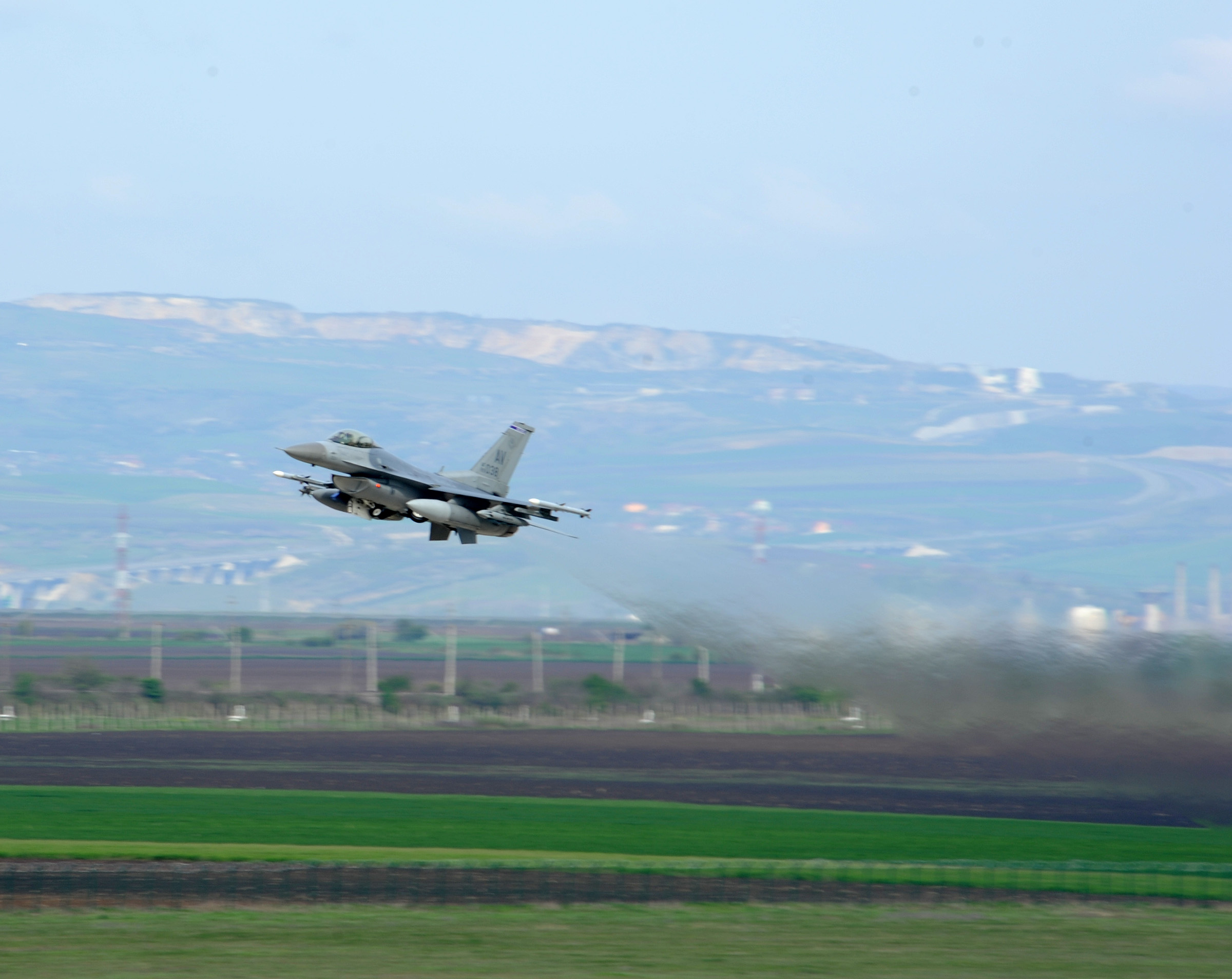File:A U S  Air Force F-16 Fighting Falcon aircraft takes off from