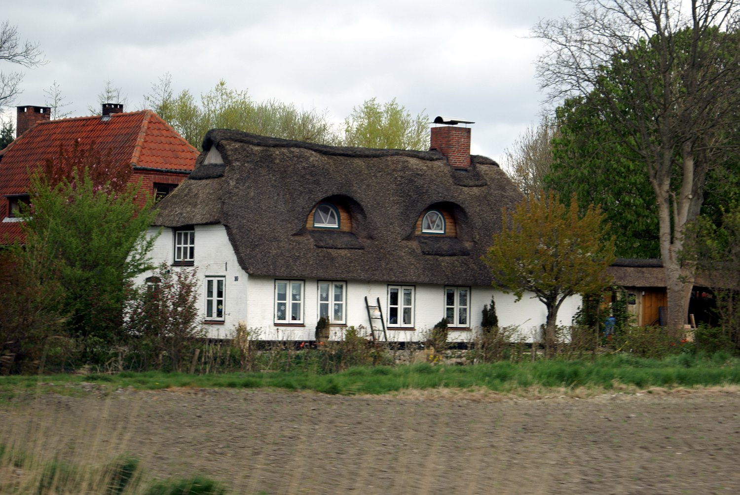 Elegant File:A White Painted House With A Thatched Roof
