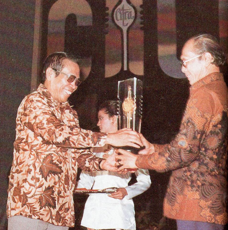 Fileali Moertopo Giving Citra To G Dwipayana Festival Film Indonesia