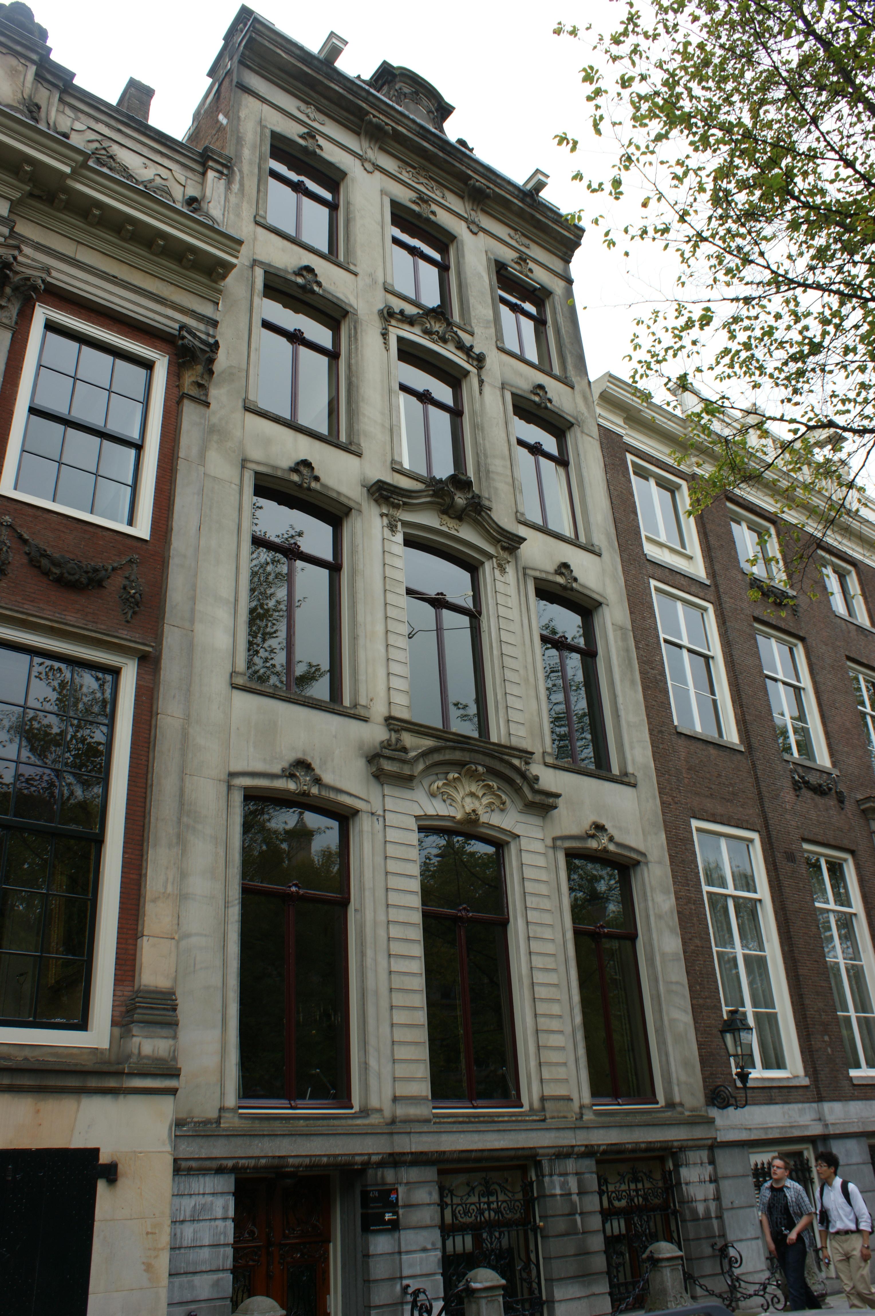 Huis met zandstenen gevel in amsterdam monument - Huis gevel ...