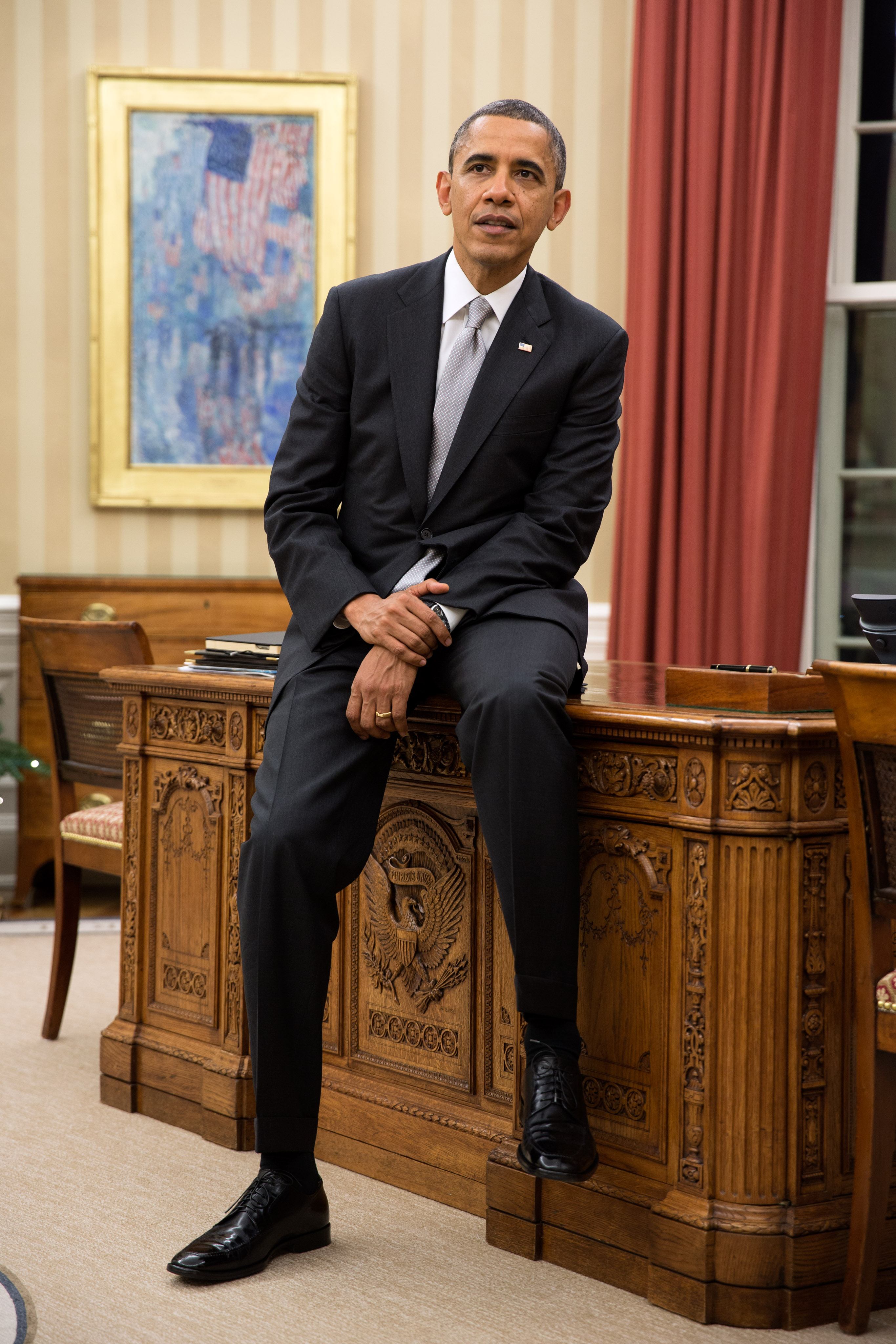 File:Barack Obama sitting on the Resolute Desk.jpg - Wikimedia Commons