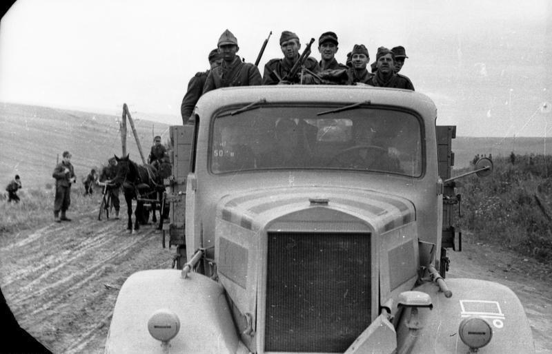 Bundesarchiv Bild 101I-244-2311-03, R%C3%BCckzug nach Ungarn, Transport.jpg