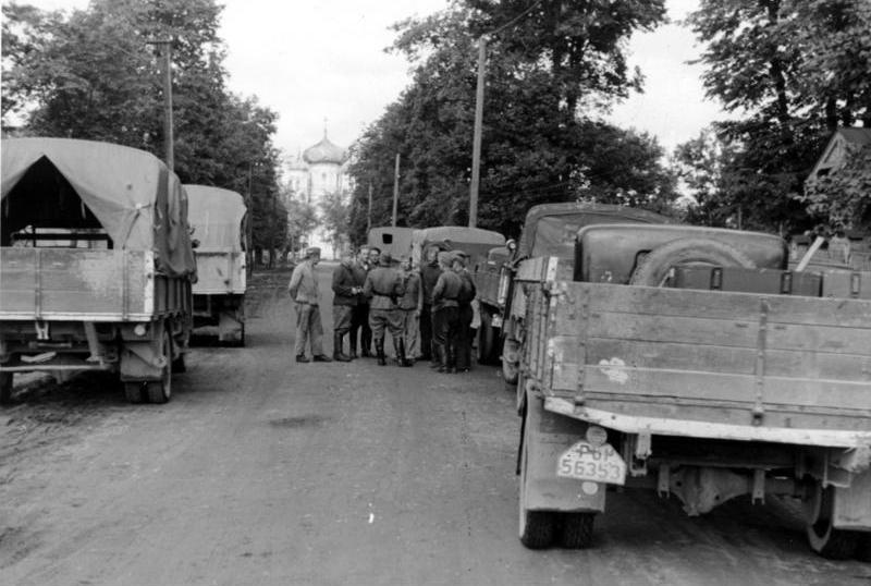 File:Bundesarchiv Bild 121-1467, Bei Leningrad, Kampfgruppe Jeckeln, LKW.jpg - Wikimedia Commons