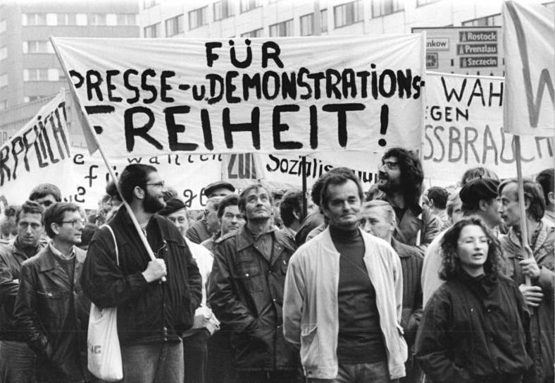 File:Bundesarchiv Bild 183-1989-1104-006, Berlin, Demonstration.jpg