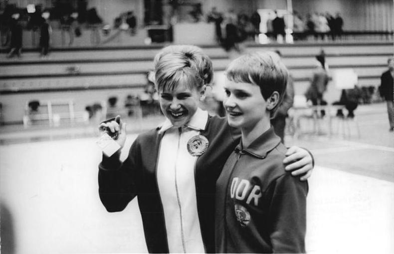 File:Bundesarchiv Bild 183-H0519-0039-001, Turn-EM der Frauen, Olga Karasjowa, Karin Janz.jpg