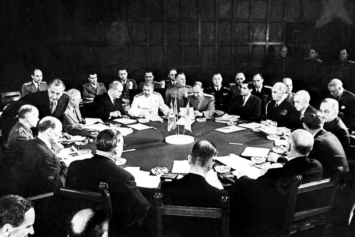 Potsdam Conference session including Clement Attlee, Ernest Bevin, Vyacheslav Mikhailovich Molotov, Joseph Stalin (white uniform), William D. Leahy, Joseph E. Davies, James F. Byrnes, and Harry S. Truman (right) Bundesarchiv Bild 183-R67561, Potsdamer Konferenz, Konferenztisch.jpg