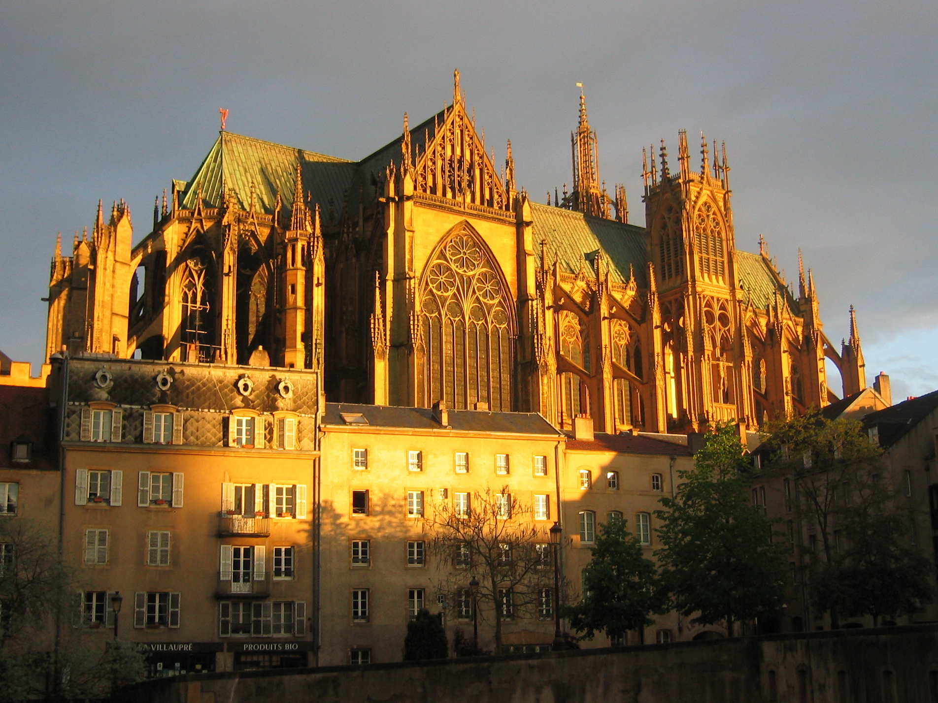 http://upload.wikimedia.org/wikipedia/commons/8/82/Cathedrale_metz_2003.jpg
