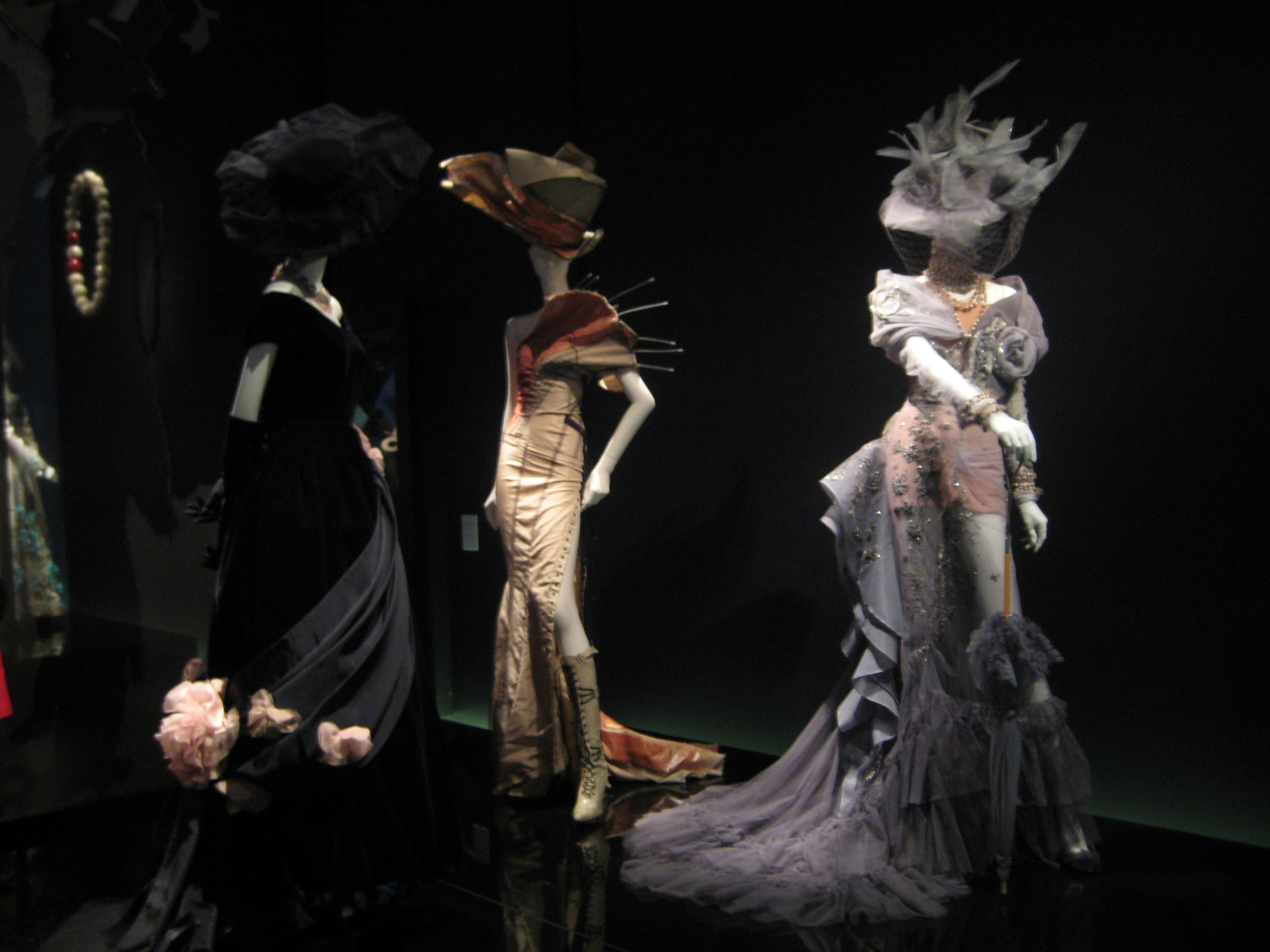 File christian dior moscow exhibition 2011 for Haute couture wikipedia