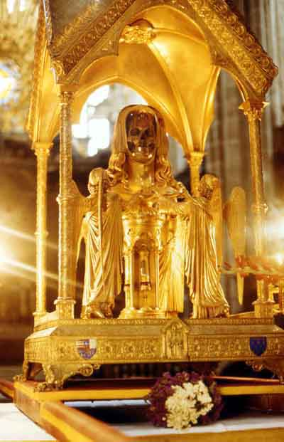 In 1279, the monks of Saint-Maximin-la-Sainte-Baume claimed to have discovered Mary Magdalene's skeleton. This reliquary, constructed in the nineteenth century, contains her purported skull. Copiebasiliquereliquaire.jpg